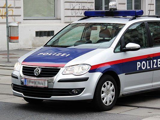 Bei einem Unfall auf der A22 wurde ein Polizist in einem Polizeiwagen verletzt