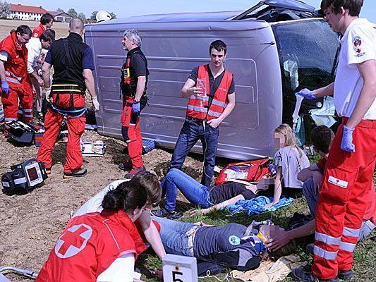 Ein Schulbus hatte im Bezirk Amstetten einen schweren Unfall