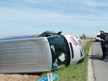 Dieser Schulbus stieß frontal mit einem Pkw zusammen, sechs Personen wurden verletzt.