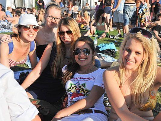 Beach-Girls und -Boys genossen das herrliche Wetter beim Surf-Weltcup in Podersdorf