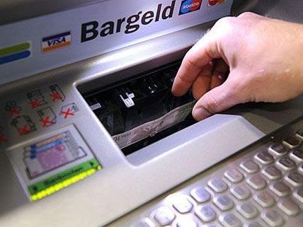 Statt nur Geld abzuheben, sprengten Unbekannte in der Donaustadt einen Bankomaten aus der Hauswand.