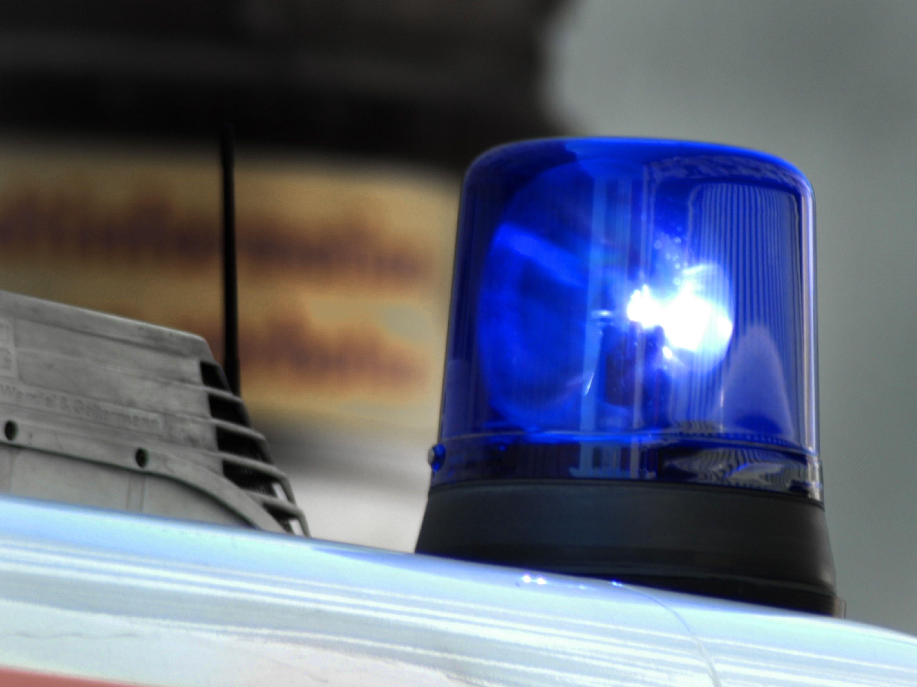 In Redlham kam der 19-Jährige von der Straße ab und prallte frontal gegen eine steil aufsteigende Böschung.