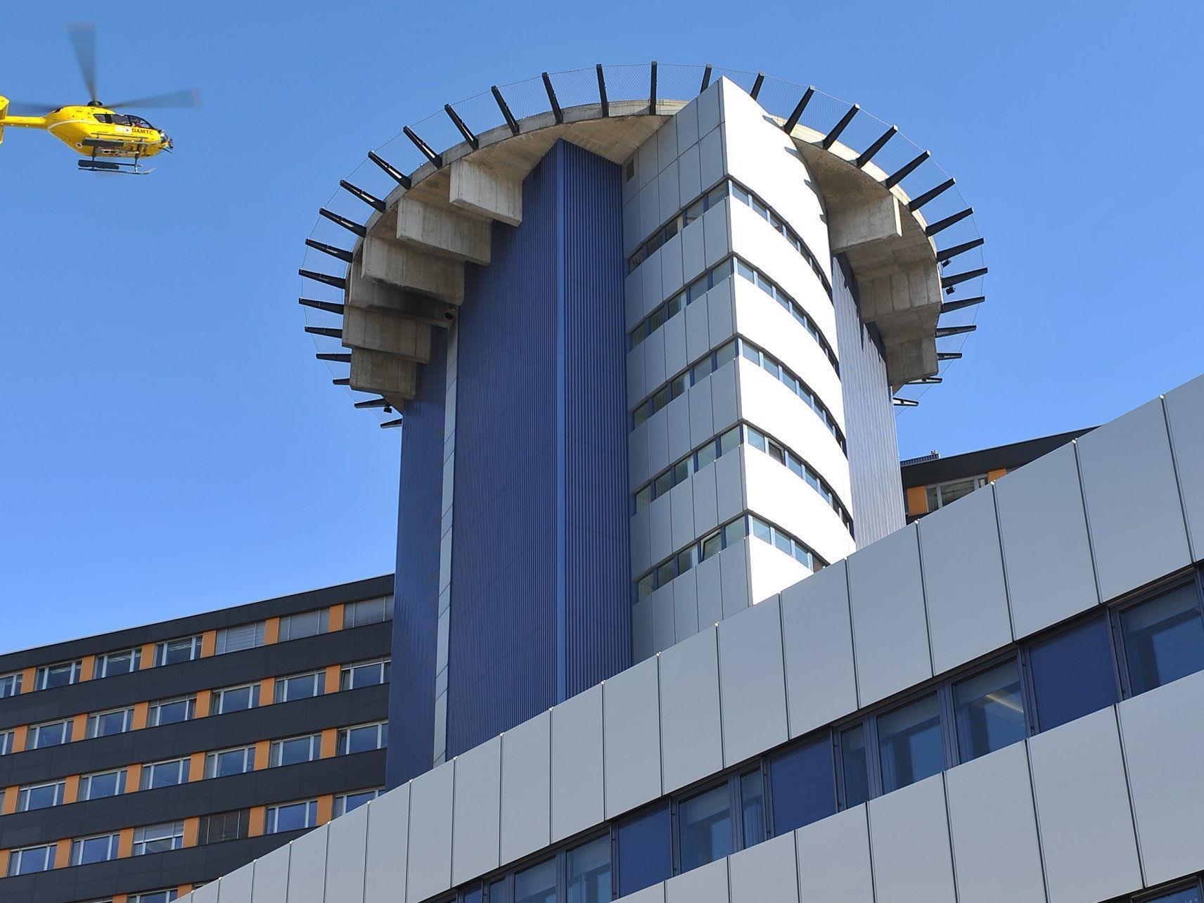 Das Urlauberkind wurde mit einem Notarzthubschrauber in die Innsbrucker Klinik geflogen.