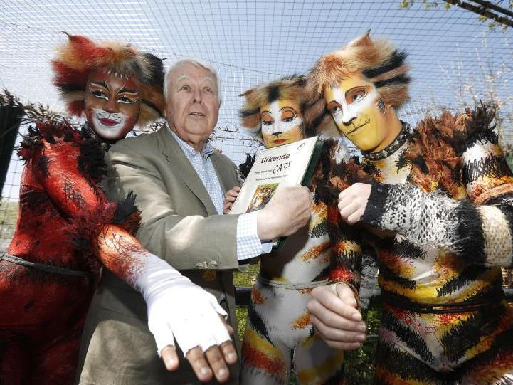 Die Cats und Peter Weck mit der Patenschaft für die Tigerdamen