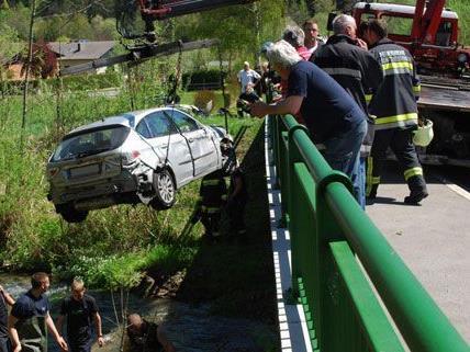 Der Wagen musste mittels Kran aus dem Bach gehoben werden.