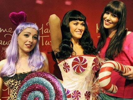 """Die """"echte"""" Katy Perry befindet sich in der Mitte und wurde von den beiden Fans am Donnerstag präsentiert."""