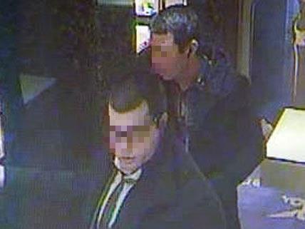 Der gesuchte Nikola B. (vorne mit Brille) beim Überfall des Juweliers Kornmesser in Wien