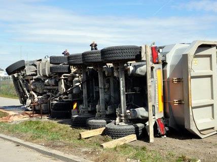 Der Lkw hatte sich teilweise in der Brücke verfangen, der Fahrer wurde nur leicht verletzt.