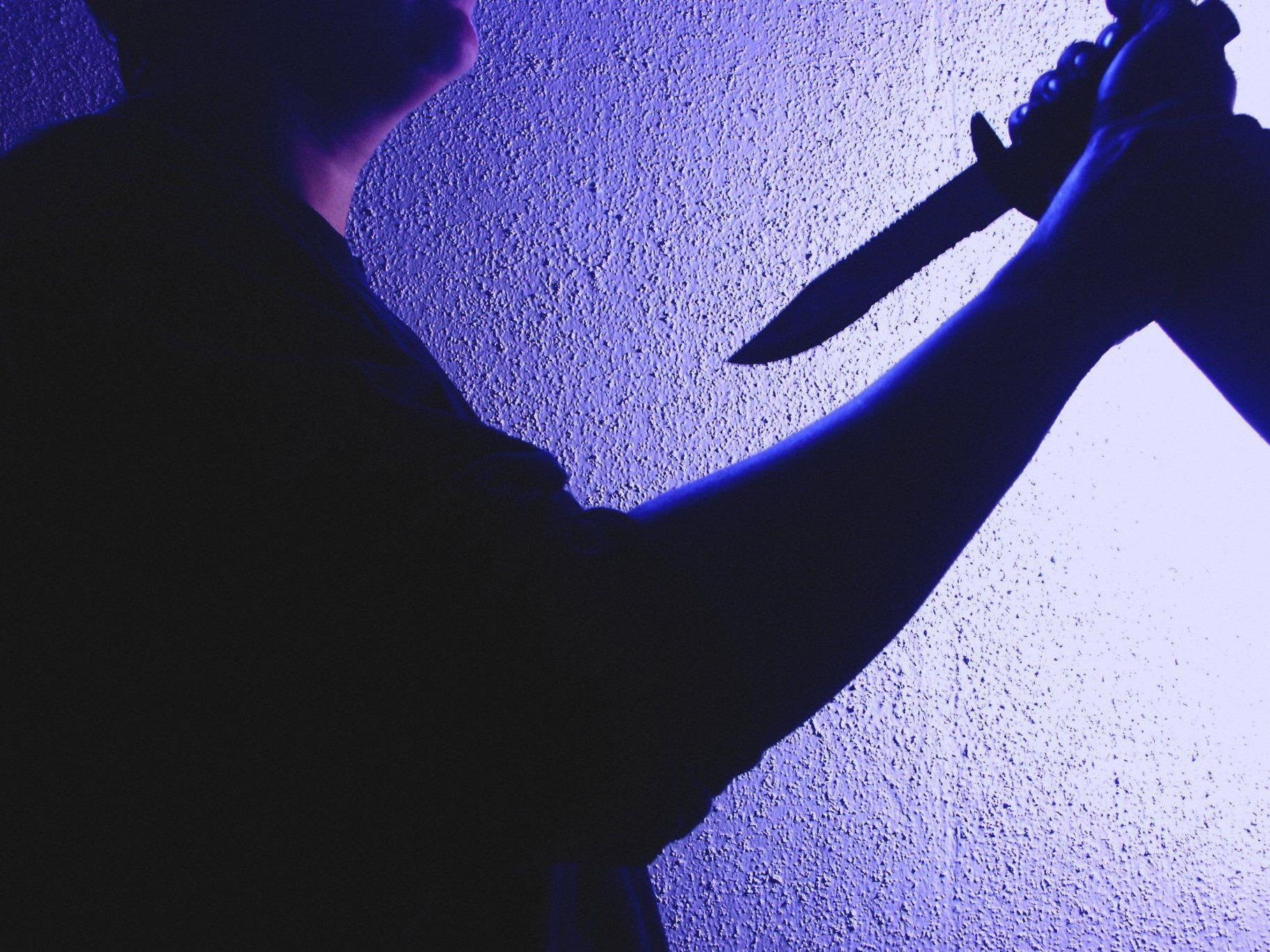 Der vorerst unbekannte Täter zückte das Messer und rammte es dem 18-Jährigen in den Bauch.