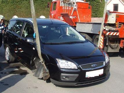 Der Fahrer dieses Pkws hatte vermutlich die Schrauben der Sommerreifen nicht fest angezogen und verlor beide Vorderreifen während der Fahrt.