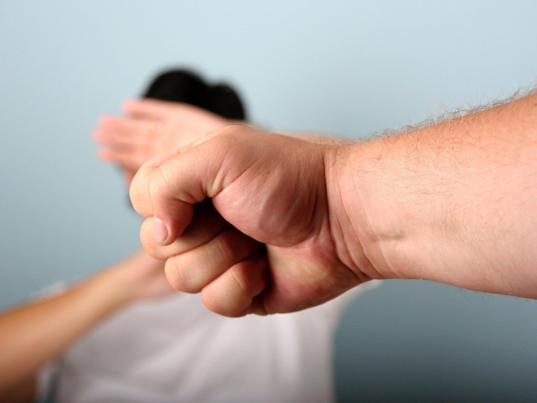 Prügel zwischen zwei Cousins und einer Freundin fordert eine Verletzte in Ottakring