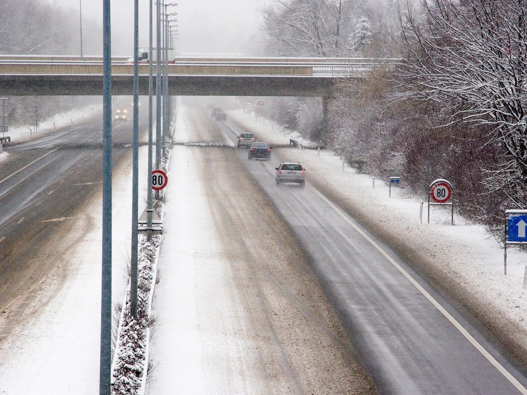 Schneematsch auf der Fahrbahn war Auslöser eines schweren Serienunfalls am Sonntag in St. Georgen im Attergau.