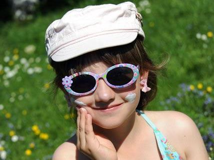 Der VKI hat Kindersonnenbrillen getestet und festgestellt: Der Preis sagt nichts über die Qualität.