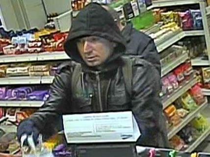 Die Polizei sucht diesen Mann, der am 20. März eine Tankstelle in Favoriten ausgeraubt haben soll.