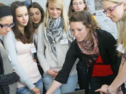 Beim Wiener Töchtertag können Mädchen - wie hier im Austrian Institute of Technology - verschiedene Berufe kennenlernen.