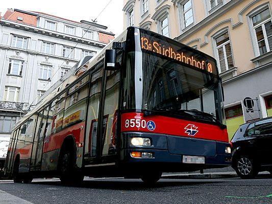 Ein Bus der Linie 13A fährt in die Kreuzung Ziegelofengasse und Margaretenplatz in Wien ein, wo der Unfall geschah