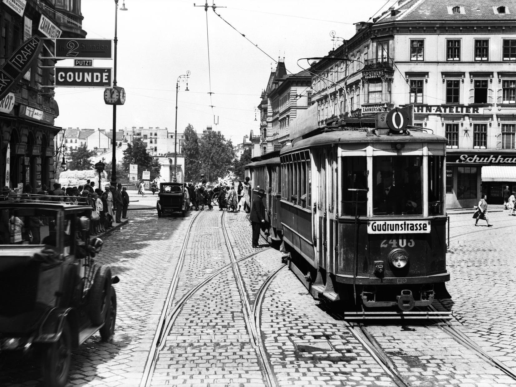 Jede Menge historischer Straßenbahnen aus den frühen Jahren der Wiener Öffis stehen im Straßenbahnmuseum