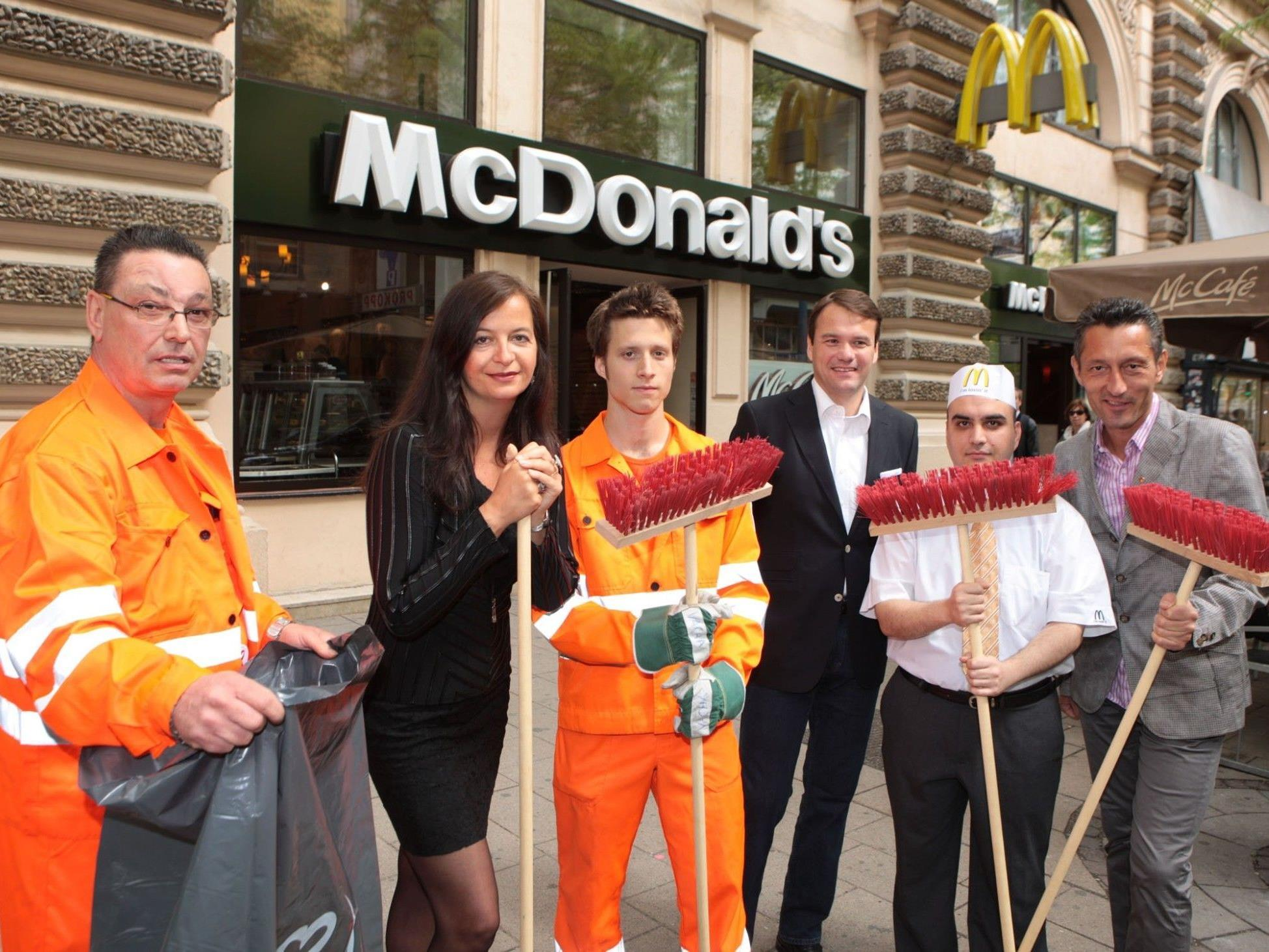 """""""Wien räumt auf"""" - Auch McDonald's und Umweltstadträtin Ulli Sima putzenmit"""
