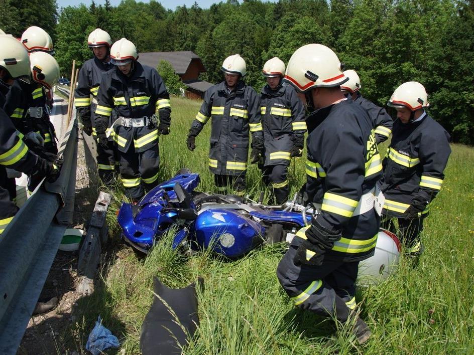 Zwei Biker wurden bei dem Unfall in Ampflwang unbestimmten Grades verletzt.