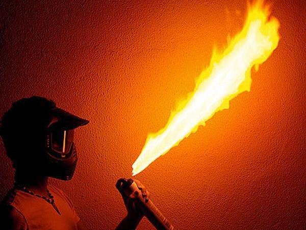 Ein Unbekannter sprühte Benzin aus einem Zerstäuber in ein Lokal und zündete ihn an