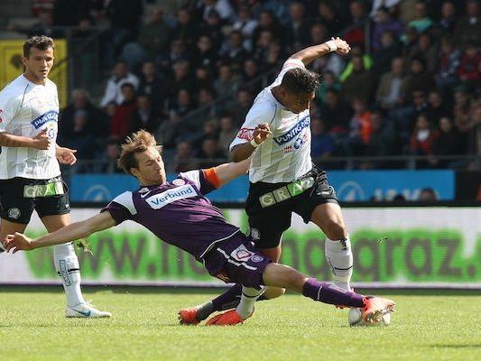 Manuel Ortlechner und Rubin Okotie zeigen vollen Einsatz im Spiel Austria Wien gegen Sturm Graz