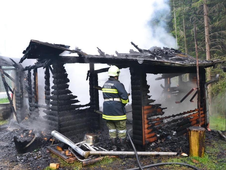 Diese Hütte löste einen Großeinsatz von fünf Feuerwehren aus