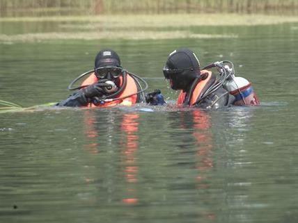 Taucher suchen nach der am Montag mit ihrem Auto in einem Kanal versunkenen Lenkerin.