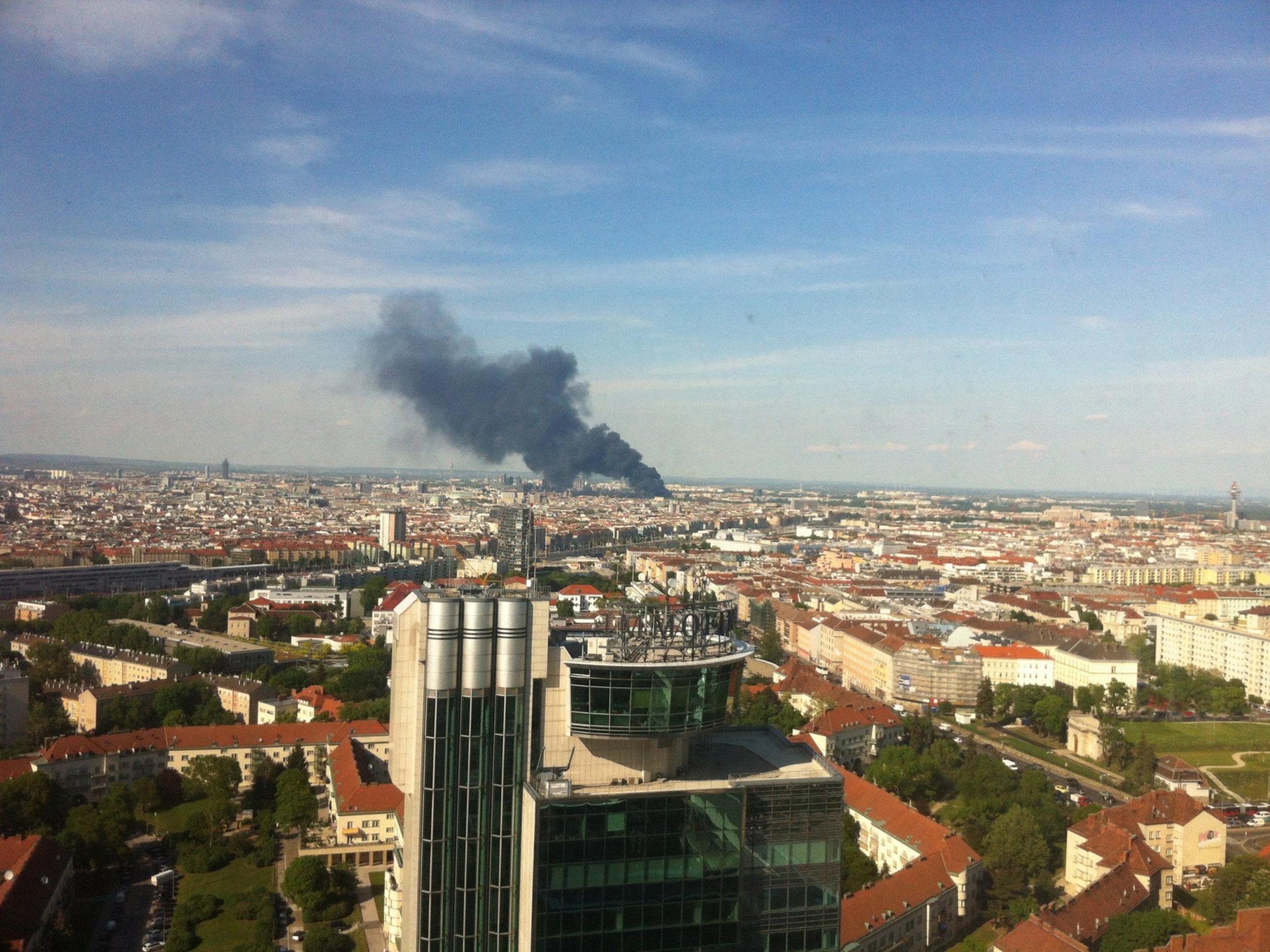 Diese Rauchsäule erhob sich am Donnerstag über dem WU-Campus in der Leopoldstadt bei einem Großbrand