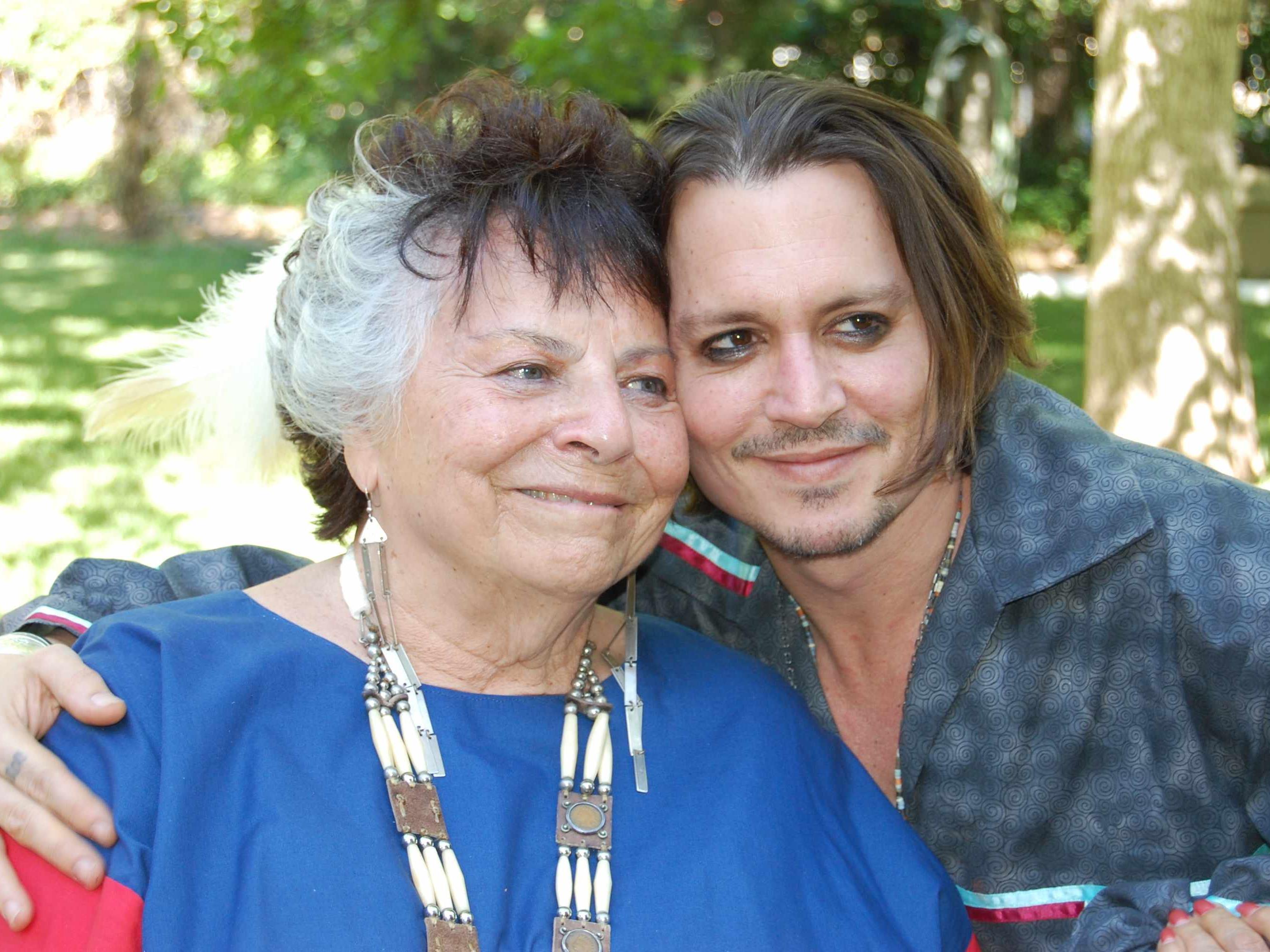 Johnny Depp mit LaDonna Harris, einer Sprecherin des indigenen Stammes