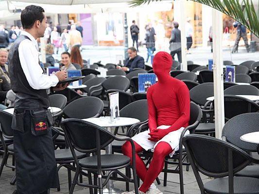 Ein echter Morphsuiter geht auch furchtlos im Morphsuit in ein Wiener Innenstadt-Café