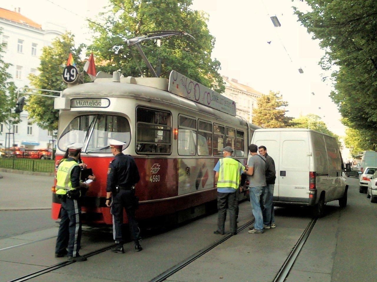 Ein Kleinlaster und eine Bim Linie 49 krachten in der Hütteldorfer Straße zusammen