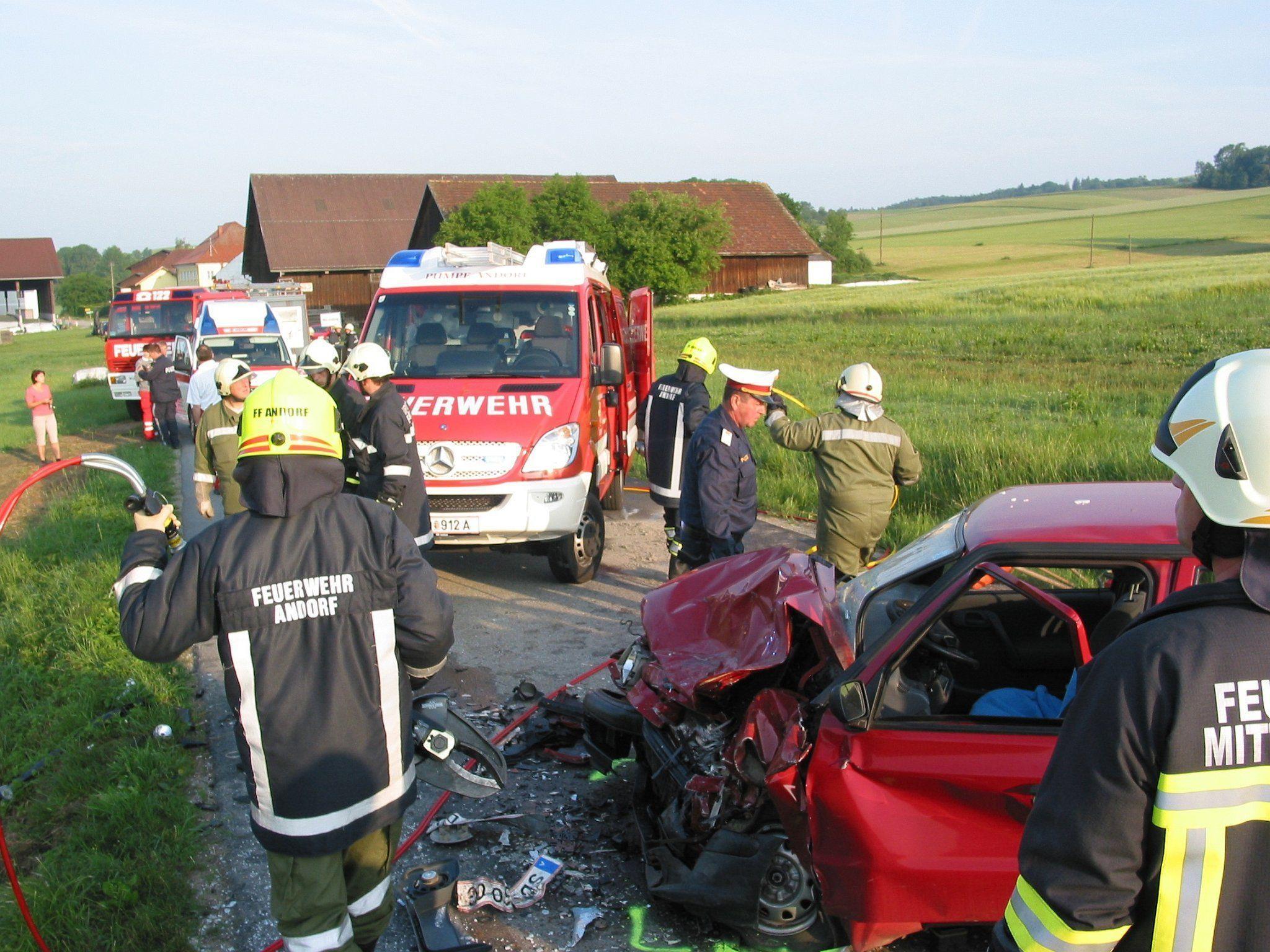 Bei einem Frontalcrash in Diersbach wurden zwei junge Menschen zum Teil schwer verletzt.