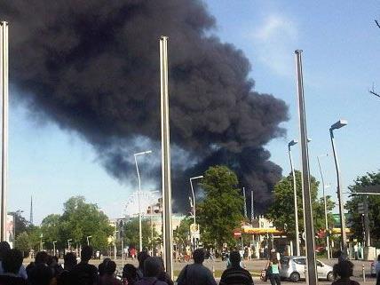 Brand auf der WU-Baustelle: Eine riesige Rauchwolke erstreckte sich über Wien.