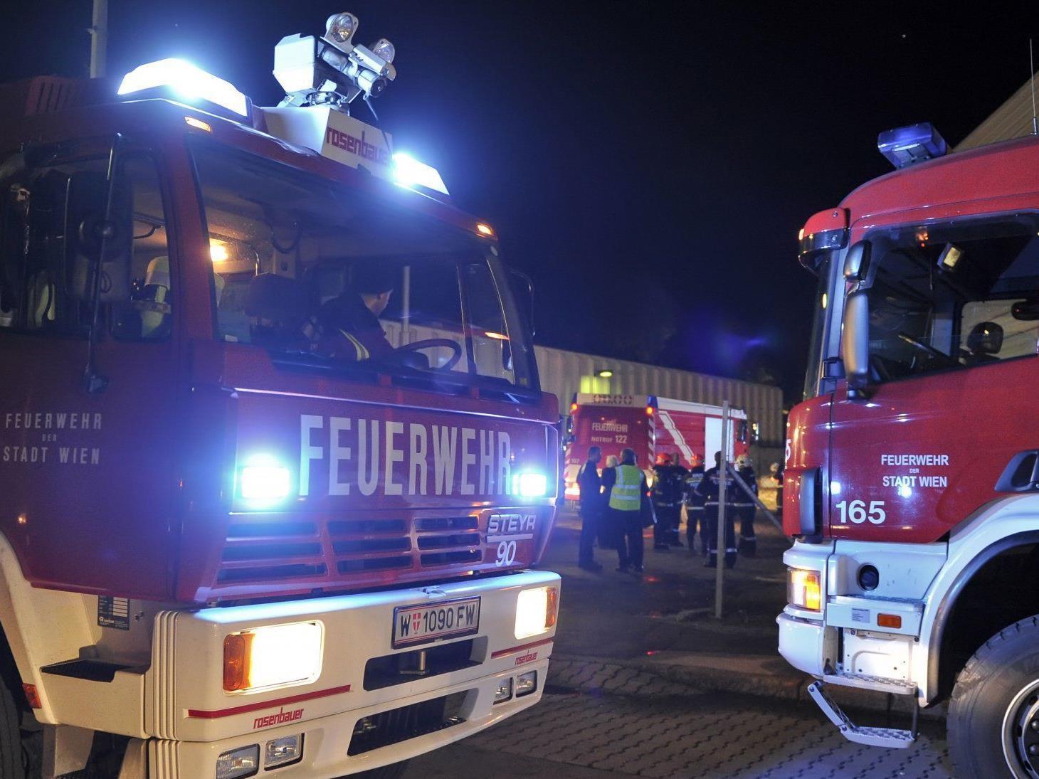 Eine Person musste nach dem Zimmerbrand am Montag ins Spital gebracht werden.