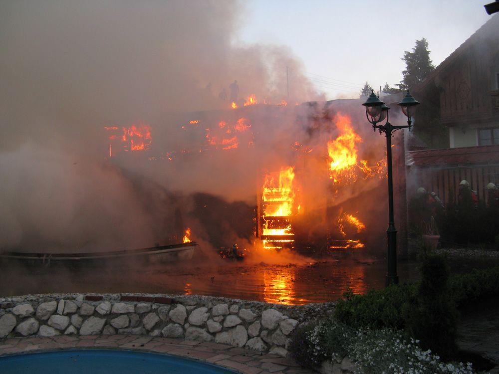 Die Saunahütte brannte vollständig nieder.