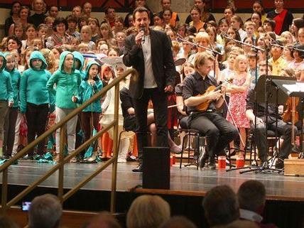 Die jungen Musikschüler - im Bild mit Stadtrat Oxonitsch - begeisterten das Publikum im Wiener Konzerthaus.
