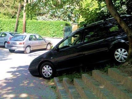 """Der Lenker dieses Fahrzeugs parkte """"kreativ"""" im Schatten direkt neben der Stiege."""