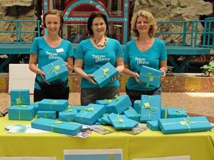 aktion leben verteilt Überraschungs-Päckchen zugunsten schwangerer Frauen in Not.