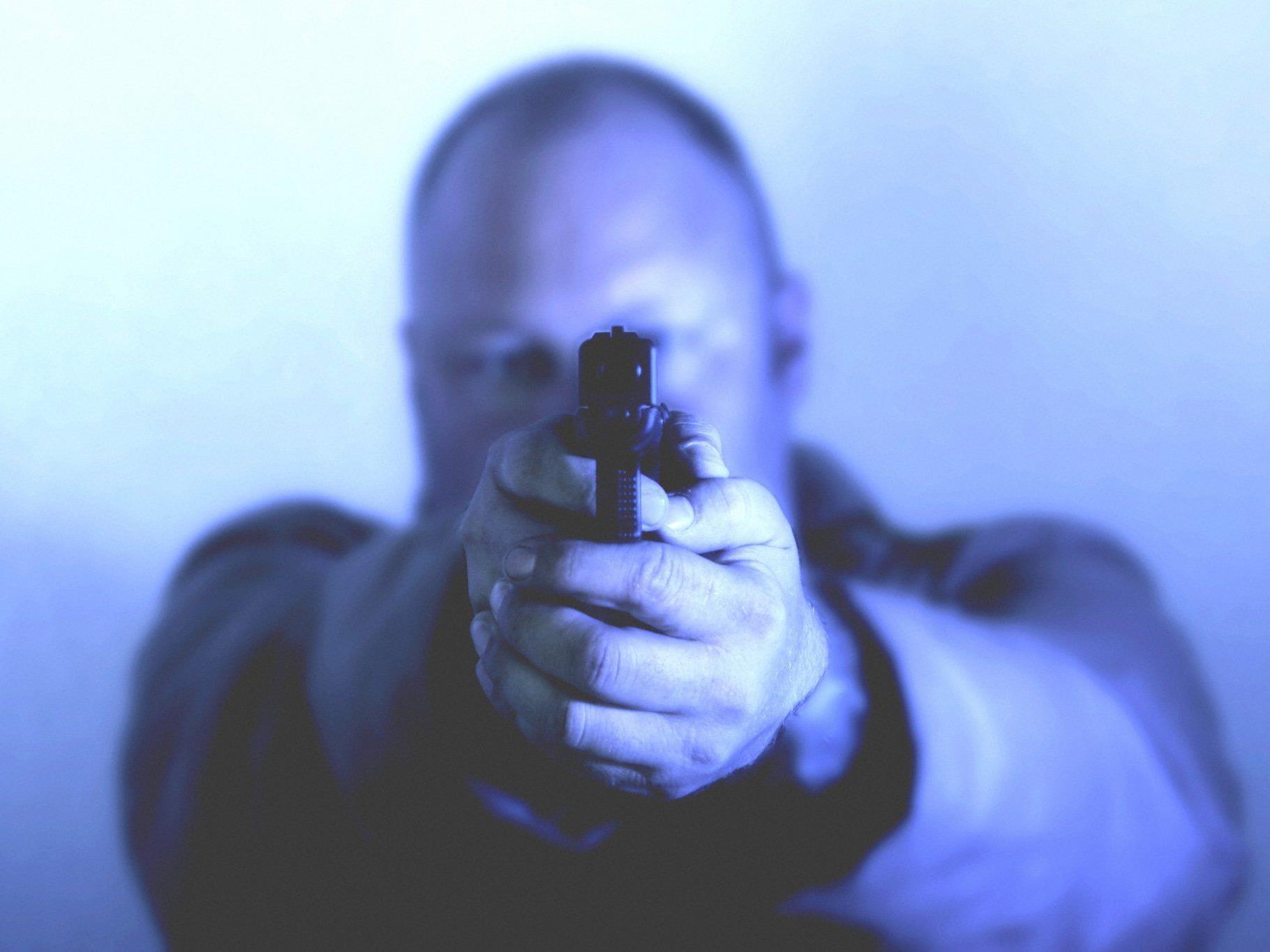 Ein Unbekannter soll wahllos auf Passanten geschossen haben.