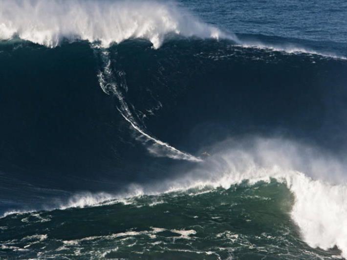 November 2011: Garrett Mc Namara gelingt ein Ritt auf einer fast 24 Meter hohen Welle.