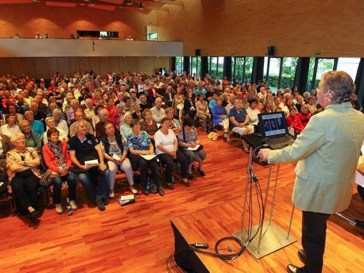 Darmspezialist Dr. Gebhard Mathis konnte vor einem vollen Veranstaltungssaal referieren.