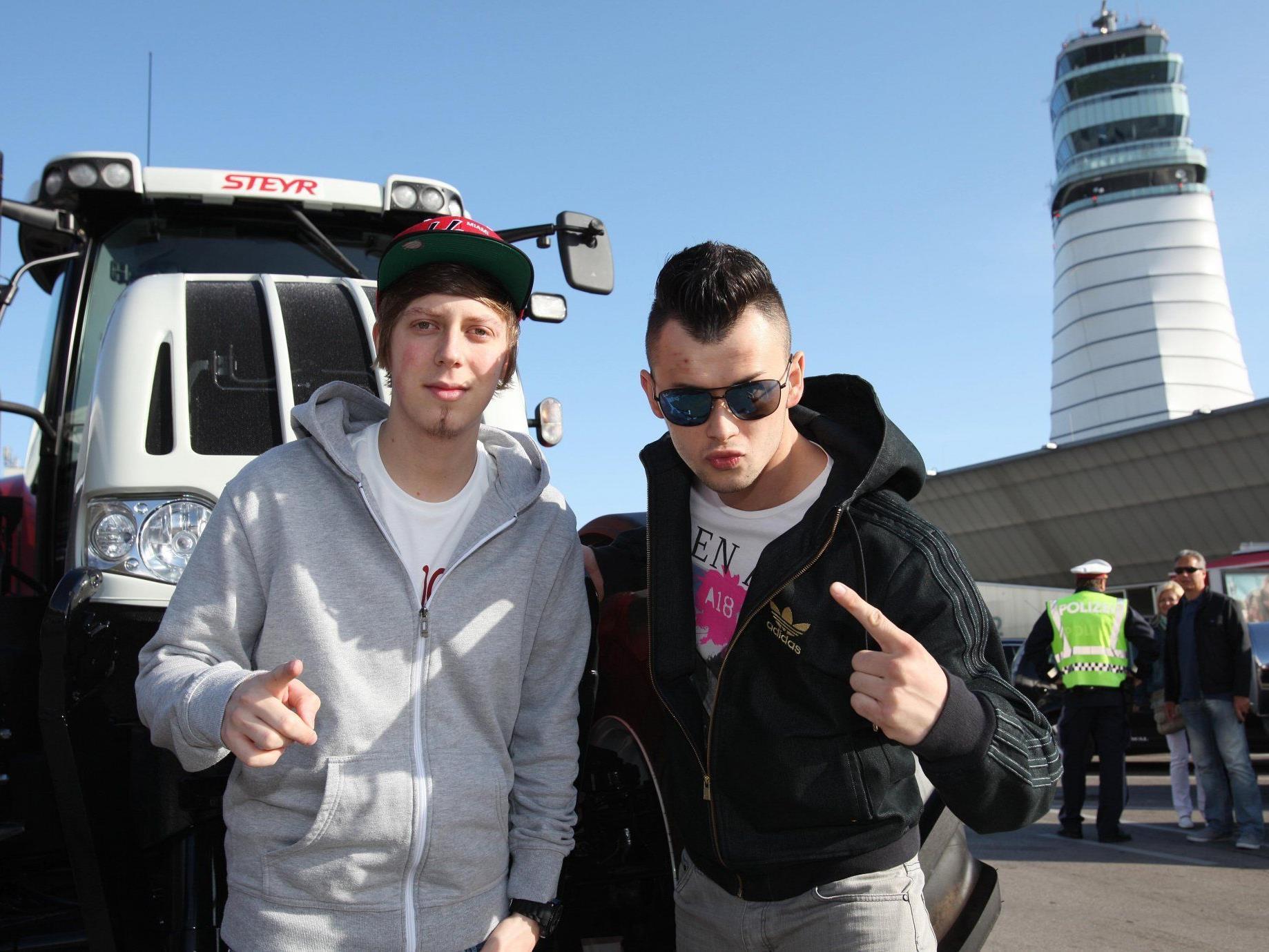 Die Trackshittaz fliegen zum Song Contest 2012 nach Baku. Angereist sind sie im Traktor.