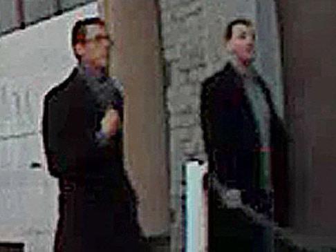 Diese beiden Männer haben ein Auto in Wien-Landstraße ausgeräumt. Kennt sie jemand?