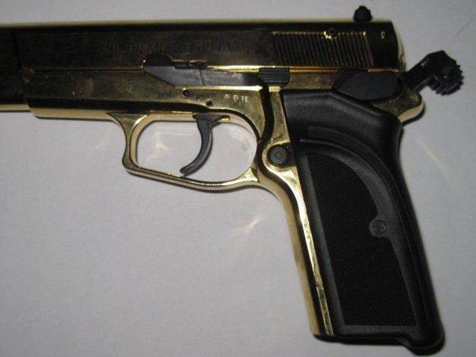 Ein 47-jähriger Mann bedrohte eine dreifache Mutter in einem Park in Wien-Ottakring mit einer goldenen Pistole.