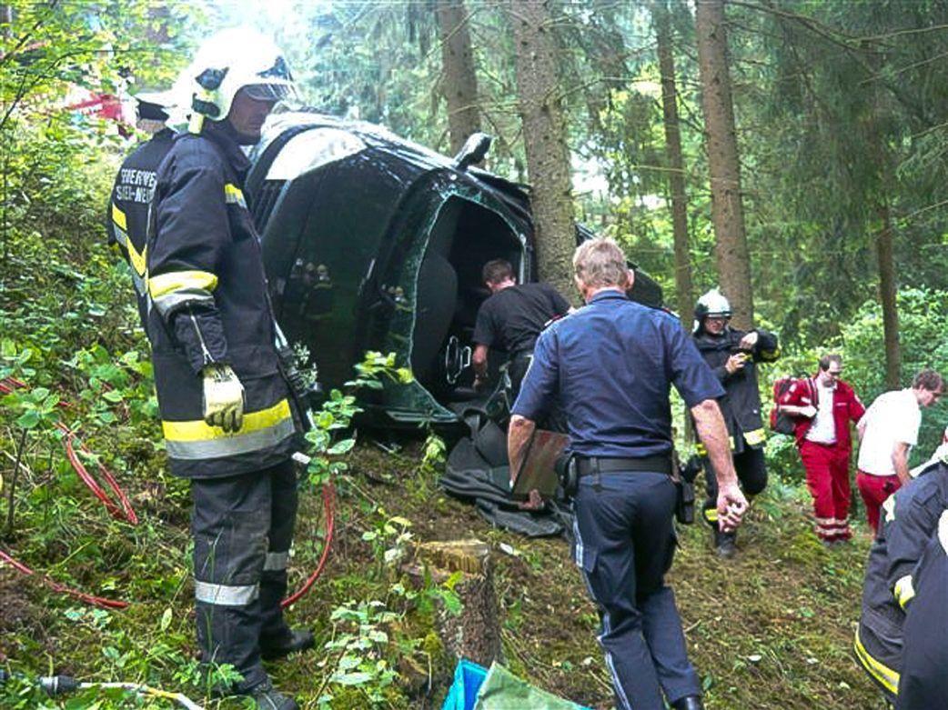 Das Auto stürzte über eine Böschung, prallte mit dem Dach gegen einen Baum und blieb seitlich liegen.