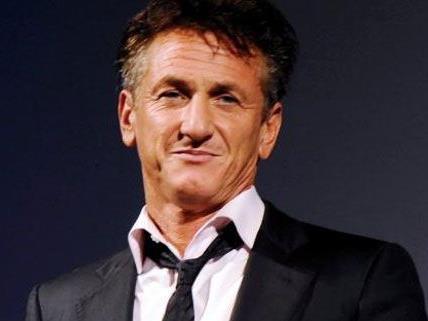 Sean Penn besucht ebenso das Charity-Ereignis.