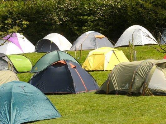 Die Zelte am Ring trotzten Wind, Regen und Kälte am Samstag.