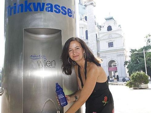 Staträtin Ulli Sima testet schon mal die Wasserqualität an den Trinkbrunnen