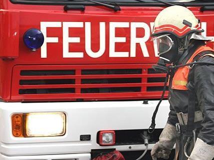 Feuerwehrleute retteten einen Mann aus seiner brennenden Wohnung in Favoriten