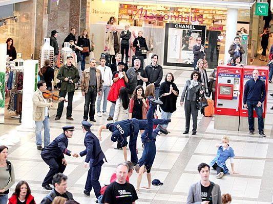 """Der """"Carmina Burana""""-Flashmob sorgte für Aufsehen am Wiener Westbahnhof"""